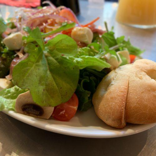 生ハムとルッコラとオリーブのサラダ&自家製パン