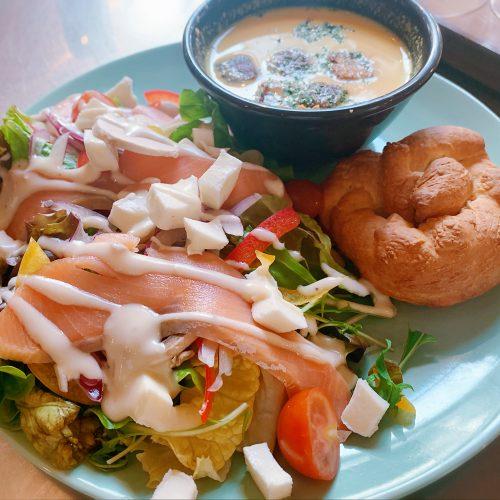 スモークサーモンとアボカドのサラダ&ポタージュスープ